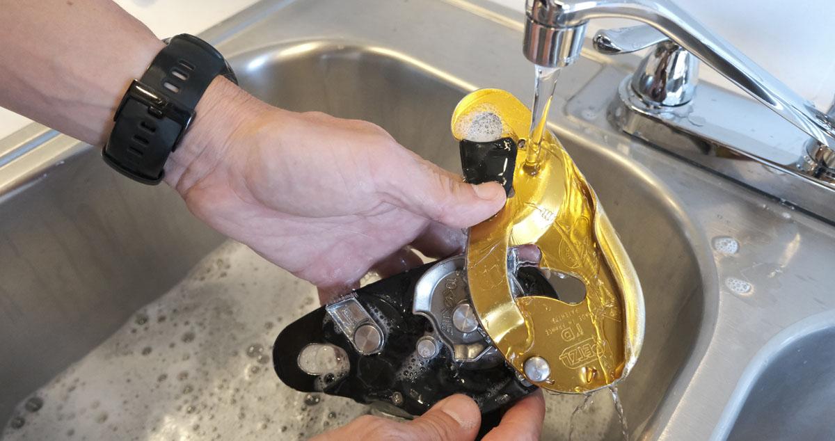 После использования в соленой воде промойте пресной водой