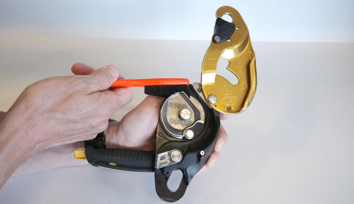 Используйте небольшую щетку, чтобы удалить масло или грязь